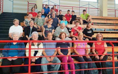 Dijaki Gimnazije Ilirska Bistrica smo medgeneracijsko gibali s starejšimi občani in uporabniki Društva VEZI